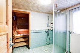 Kylpyhuoneesta käynti terassille