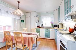 Mukavan kokoinen keittiö