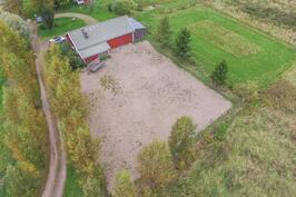 Hiekkakenttä ja ruohopohjainen ratsastuskenttä