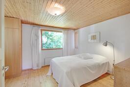 Iso makuuhuone, jossa 4 kaappia.