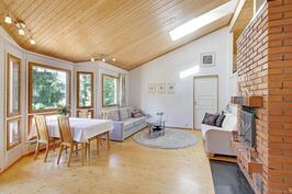 Olohuoneeseen mahtuu iso ruokapöytä ja kunnon sohvakalusteet  isoillekkin perheelle.