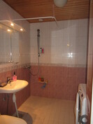 Näyttävissä laatoitetuissa sauna- ja kylpyhuonetiloissa taloyhtiön valvomat vedeneristykset!