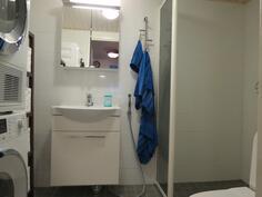 Leveät peili- ja allaskaapit tarjoavat säilytystilaa.