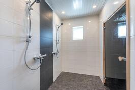 Ikkunallisessa pesuhuoneessa 2 suihkua