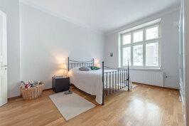 Makuuhuone on myös tilava ja valoisa, suurista ikkunoista esteettömät näkymät länteen.