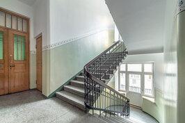 Klassisen kaunis porrashuone on entisöity näyttävästi talon arvon mukaisesti.