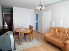 Olohuone parvekkeelta, makuuhuone ja keittiö oikealla