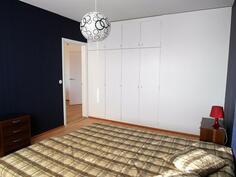 Tilava makuuhuone ja kaapistot