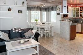 Keittiö ja ruokailutila yhtä tilaa olohuoneen kanssa