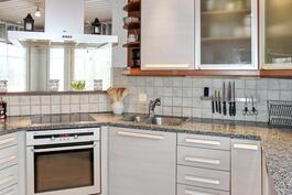 Tyylikäs keittiö kivitasoineen