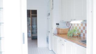 Kodinhoitohuoneessa reilusti kaappitilaa, allas, käynti ulos ja pesutiloihin
