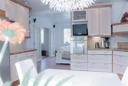 Kauniista keittiöstä näkymät olohuoneeseen