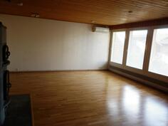Avara ja valoisa olohuone sisäpihallepäin.