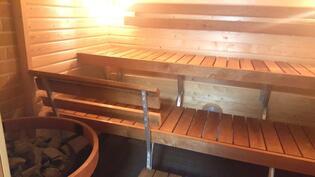 Uusittu taloyhtiön sauna