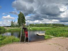 Ahvenuksen jokiuimarantaan matkaa on n. 2,5 km ja vastarannalla venevalkamapaikka!