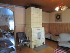 Mökissä hyvät puunkäyttömahdollisuudet 3 varaavan tulisijan myötä: olohuoneessa varaava takka ja ...