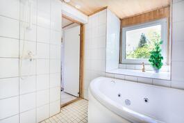 suuri ikkuna tuo kylpyhuoneeseen valoa