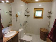 Alakerran wc sekä suihkutilat