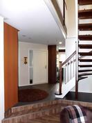 Yläkerran portaat, eteisen ovi