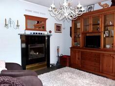 Osa olohuoneesta ja manttelitakka