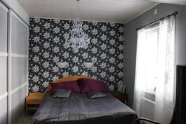 Alakerran makuuhuoneessa seinän mittaiset liukuovikaapistot