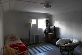 Yläkerran makuuhuoneesta teet mieleisesi pintoja päivittämällä,vanhat lautalattiat mahdollista ottaa esille