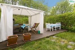Vehreällä takapihalla on tilava terassi