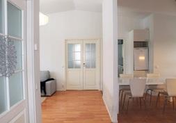 Kauniit näkymät eteisestä olohuoneen ja keittiön suuntaan