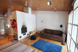 Oluhoneessa ja keittiö/rt korotettu katto, varaava takka