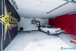 Ulkorakennuksessa tilava, lämmin 80 m2:n autotalli