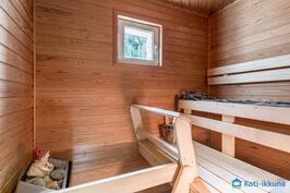 Saunassa sähkökiuas ja pieni ikkuna
