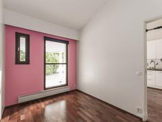 Makuuhuone, korkeaa tilaa joka mahdollistaa parvisängynkin