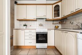 Vaalean sävyinen keittiö