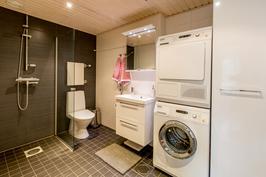 Tilava kylpyhuone, jossa hoituu myös kodin pyykkihuolto