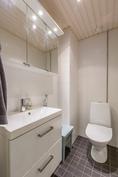 Erillinen wc, jossa hyvin säilytystilaa