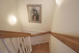 Vaalea portaikko umpirapuilla