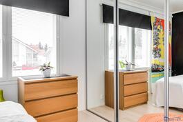 suurmmassa makuuhuoneessa on kok seinän pituudelta kaapistoa peililiukuovien takana