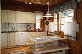 Keittiön kaapistot uusittu muutama vuosi sitten.