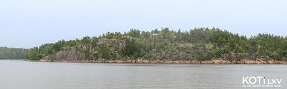 Päärakennus sijaitsee kallion kukkulalla