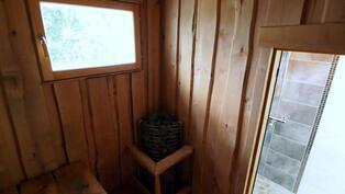 Ikkunallinen sauna. Lauteet tuppeensahattua leppää. Kulmakiuas