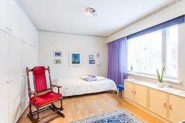 Kanavan puoleinen makuuhuone