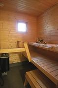 Tilava sauna, ikkunalla