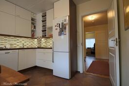2013 uusittu Puustellin keittiö kodinkoneineen. Lattialämmitys