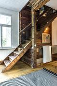 Eteisestä johtavat leveät portaat yläkertaan.