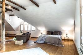 Yläkerran suuri makuuhuone.