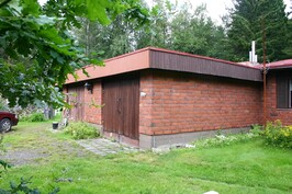 Asuntojen välissä saunatilat ja kaksi autotallia