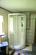 A-puolen kylpyhuoneessa suihkukaappi