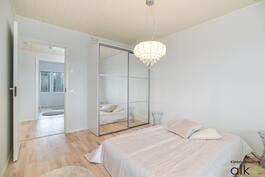 Päämakuuhuone on tyylikäs ja tilava. Peililasikaapisto tuo säilytystilaa.