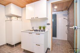 Yläkerrassa kodin viihtyisät kylpy- ja saunatilat, jonka yhteydessä myös kodinhoito/pukuhuone.