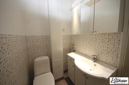 Alakerrassa erillinen wc